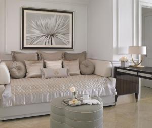 Deluxe One Bedroom Oceanfront Suite Day Bed