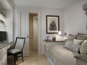 One Bedroom Oceanfront Suite Den